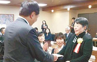 黒岩知事から表彰される佐々木理事長(右)