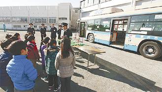 実際の車両を使って行われた交通安全教室