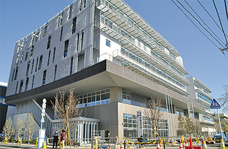 整備が進む港南区新総合庁舎(15日撮影)