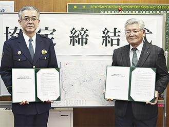 協定書を手にする川名署長(左)と坂間会長