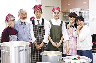 (写真左から)橋本さん、吉田さんと横浜明朋高校の生徒を含むボランティアメンバー