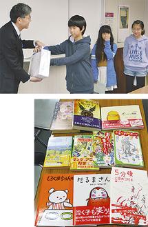 寄贈された本(写真右)、板坂館長(左)へ本を手渡す児童たち