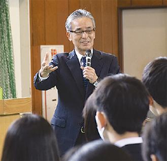 生徒に話しかける須田さん
