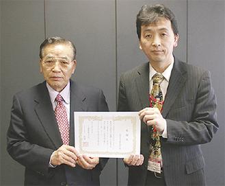 港南台郵便局の阿部局長(右)と南州電設の田實代表取締役