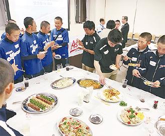 食事を楽しみながら、親睦を深めるメンバー