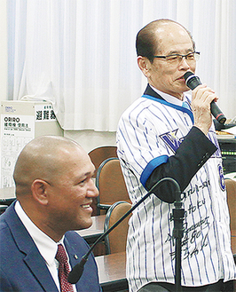 横浜市会議員野球団の団長としてラミレス監督を激励