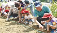 園児と住民が種植え