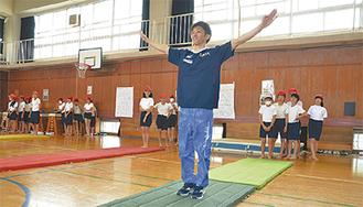 マット運動の手本を見せる田中さん