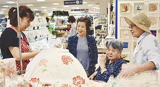 買い物を楽しむ参加者