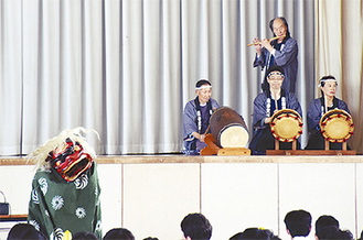 生徒のいる場に出向く獅子舞