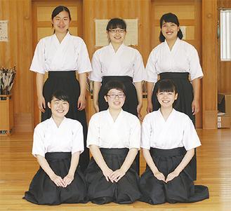 全国大会に出場するメンバー(前列中央が川口さん)