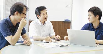 ミーティングをする3人のメンバー(中央が代表の城田さん)