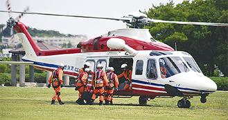 被災地派遣の想定で機内に乗込む救助隊