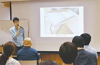 開発した機器を説明する学生