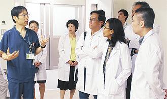 宮崎医師(左)とフィリピンの医師ら