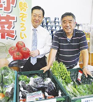 その日の朝収穫したばかりの新鮮な横浜産野菜を前に、新井社長(左)と販売者の仲里さん
