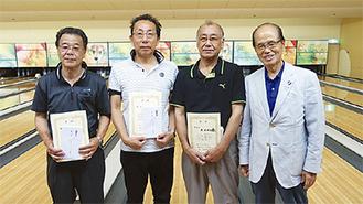 大会上位者と田野井会長(右)
