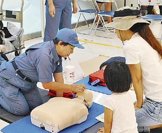 心肺蘇生法を教わる親子