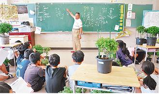 神田会長の説明を熱心に聞く児童