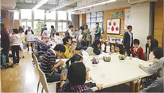食事コーナーで交流を楽しむ人たち