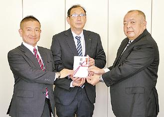 左から根本社長、長谷川会長、増田専務理事