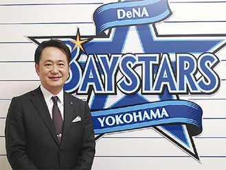 岡村信悟代表取締役社長東京都出身。郵政省(当時)、総務省を経て2016年4月に(株)横浜スタジアムの社長に就任。同年10月からは(株)横浜DeNAベイスターズの社長を兼任。