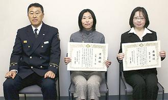 (左から)栄署の佐藤署長と、感謝状の贈呈を受けた上島さん、牧野さん