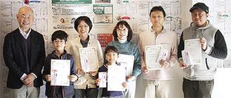 同社の永野社長(左)とコンテストの受賞者ら