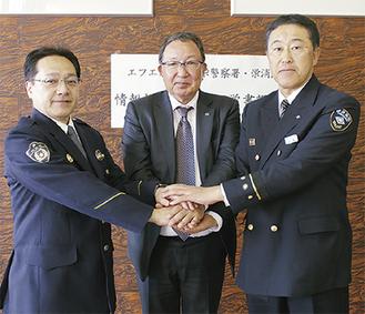 情報提供の覚書を締結した(左から)栄警察署の坂本署長、福原代表取締役、栄消防署の佐藤署長