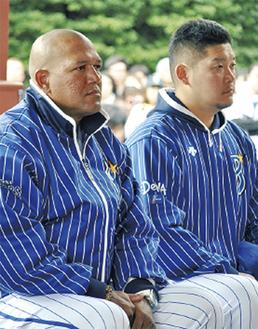神事に臨む筒香主将(右)とラミレス監督