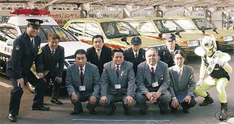 出発式に参加したタクシー会社・湘南交通(株)の運転手ら(前列)