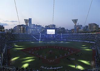 球場全体を使った演出の開幕セレモニー(提供写真)