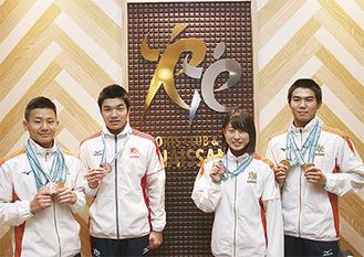 大会でメダルを獲得した(左から)荻野君、佐々木君、望月さん、須田君