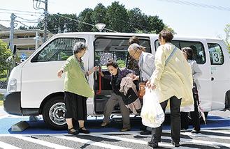 地域の福祉車両を活用して買い物を楽しんだ参加者と地元の支援者