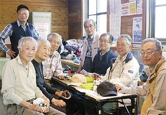 毎週土曜日に桂山公園・ロッキーに集まる「栄おもちゃの病院」のメンバー