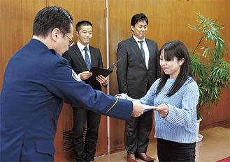 感謝状を受け取る石橋店長(27日、栄警察署 署長室)