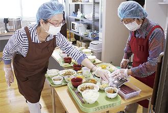 食事の準備をするボランティアの女性たち