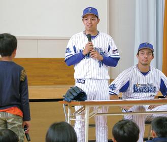 児童の夢に真剣にアドバイスを送る東投手(中央)と国吉投手