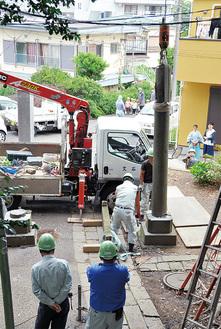 松本宮司らに見守られる中、撤去作業が進んだ