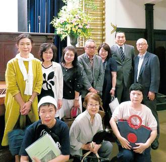 グリーンズH3Oのメンバーと両会の会長(右奥)。表彰式の会場で記念撮影