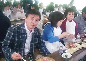 支持者との食事会も(左が浦道県議)