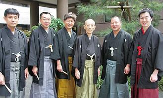 歌丸さんを囲む弟子たち(右から2人目が歌助さん)=2006年4月撮影・歌助さん提供