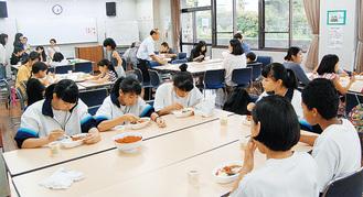 豊田地区センターでカレーを食べながら交流