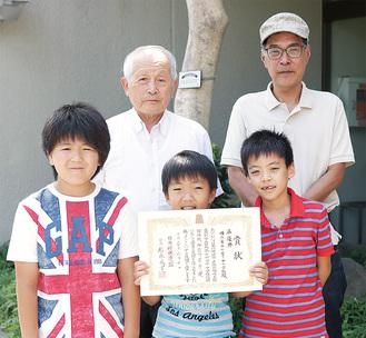 豊田地区センターで練習を続ける(前列左から)杉山君、佐々木君、山本君。後ろに立つのは(左から)指導者の今野さんと柳原さん。