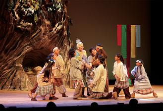舞台装置や衣装も本格的な同劇団(14日栄公会堂)