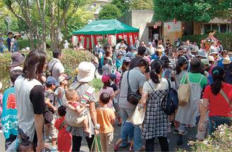 祭りの準備や会場として使われ、住民で賑わう集会所(写真奥)