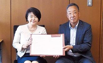 協定を結んだ岩本社長(右)と小山内区長(左)