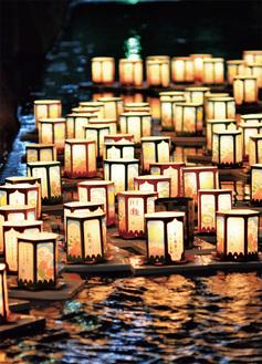 優しい灯りに照らされ、幻想的な雰囲気に包まれた大岡川