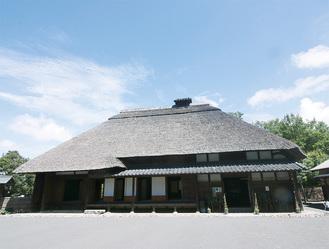 かやぶき屋根を部分改修する主屋