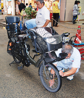 自転車のタイヤの空気圧を点検